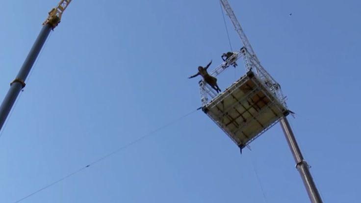 高さ38mからのワイヤーなしダイブ!映画『アサシン クリード』メイキング映像