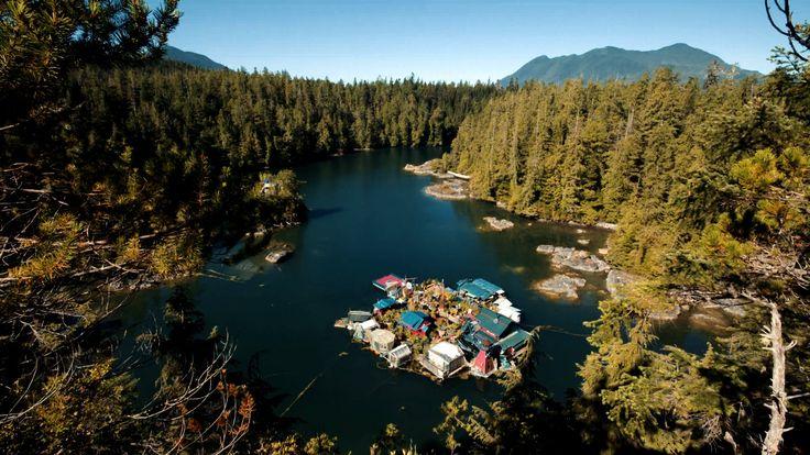 Das (Lebens-) Künstlerpärchen Catherine King und Wayne Adams haben sich eine schwimmende Insel gebaut, auf der sie Gemüse züchten und ihr Kunsthandwerk betreiben, mit dem sie sich auch ein bisschen Geld verdienen. Sie sind quasi im weitesten Sinne Selbstversorger, allerdings sogar so weit, dass sie sich auch selbst mit Lebensraum versorgen. Und offensichtlich sind sie [ ]