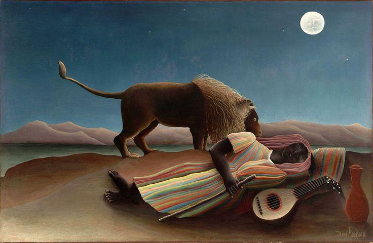 Die schlafende Zigeunerin (1897) Henri Rousseau (Mythologisch und archetypisch von Bedeutung sind der Mond, die Wüste und der Löwe. Letzterer, dominierend in der Mitte, und der Stock sind männliche, der Mond, die Laute und der Krug weibliche Symbole.)