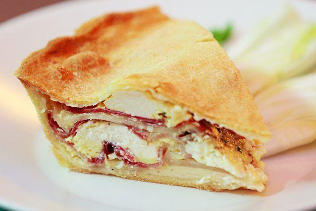 La pizza chiena è un rustico napoletano tipico del periodo di Pasqua, che si prepara il venerdì santo e si consuma il giorno dopo. Scopriamo come preparare l'originale pizza chiena napoletana, una torta rustica piena di salumi, formaggi e uova