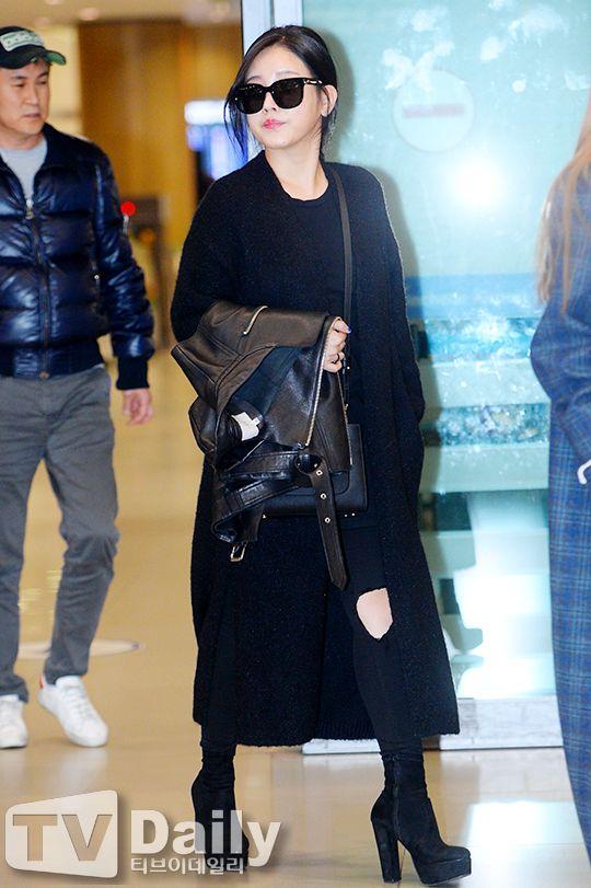 티아라 소연 '올블랙 공항패션에 더욱 돋보이는 미모'