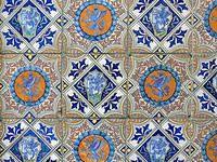 В России расцвет майоликового производства пришёлся на XVIII век. Наиболее известные центры производства — московский завод Гребенщикова, выпускавший изделия с монохромной росписью, и мастерские в подмосковном поселке Гжель, где в то время преимущественно использовалась многоцветная техника.
