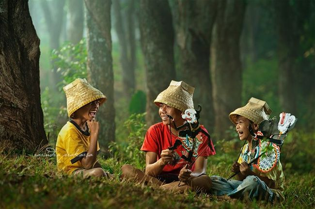 Playing puppet: Photo by Photographer Rarindra Prakarsa