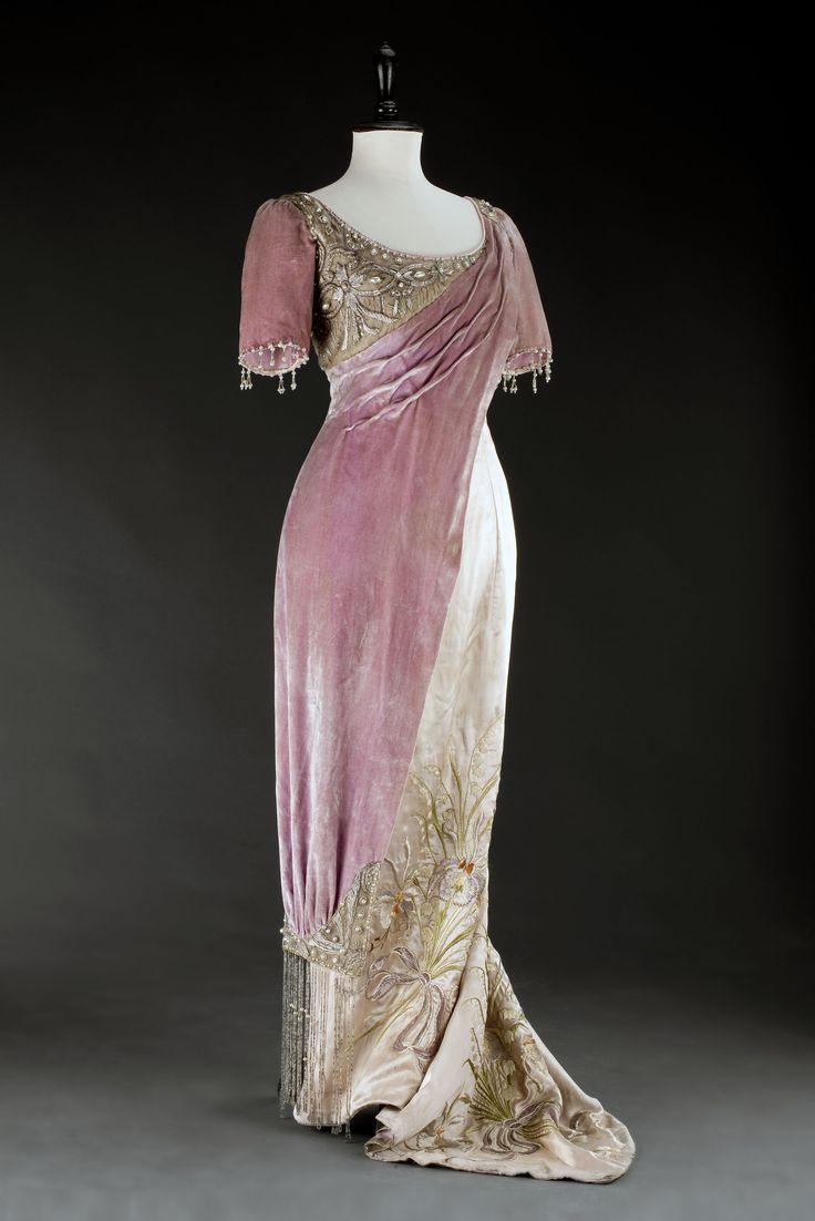 Evening gown, Vienna, 1908. Silk atlas. Photo: Kocourek Ondřejw, Gabriel Urbanek. Museum of Decorative Arts, Prague, via eSbírky.cz. Click through for huge photo.