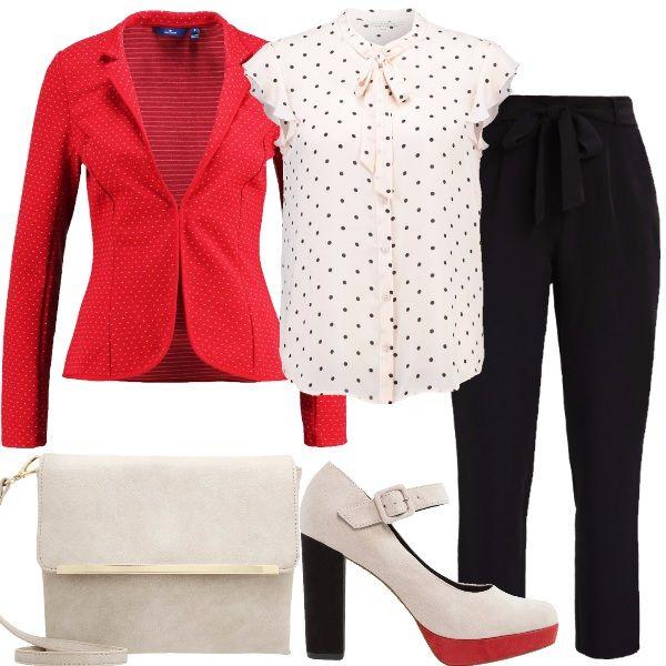 Una camicetta a pois neri e un blazer rosso vengono accompagnati da un pantalone nero con fiocco in vita. Belle e comode sono le scarpe con plateau rosso.