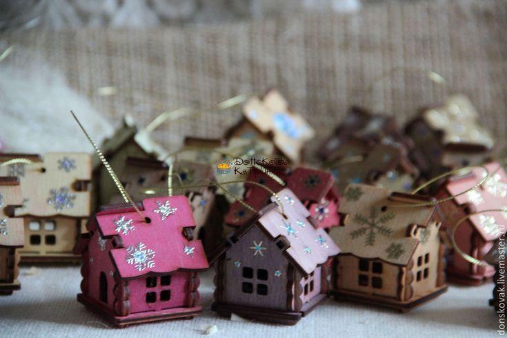 Купить или заказать Елочная игрушка 'Сказочный домик' в интернет-магазине на Ярмарке Мастеров. Елочная игрушка 'Сказочные домик', напомнит Вам Ваше детство, деревянные игрушки на елку. Игрушки не бьются, что очень важно если в Вашем доме живет маленький ребенок. Каждый домик выполнен из фанеры и заморен морилкой на водной основе, сверху декоративные элементы снежинки. В данном стиле так же выполнена гирлянда…