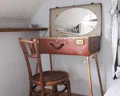 Vintage valigia trasformato in Toeletta (INTERNO specchio, Toile de Jouy, tessuto beige con puntini).