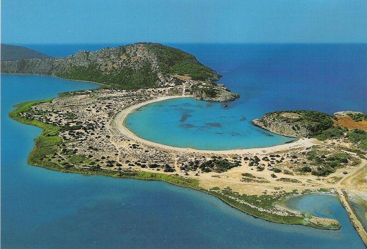 Esta fascinante playa se encuentra en Mesenia, en la periferia de Peloponeso. Su singular forma es similar a la letra griega omega (Ω).