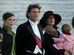 Caroline en 2000 avec son troisième mari Ernst de Hanovre et ses deux filles, Charlotte et Alexandra dans les bras
