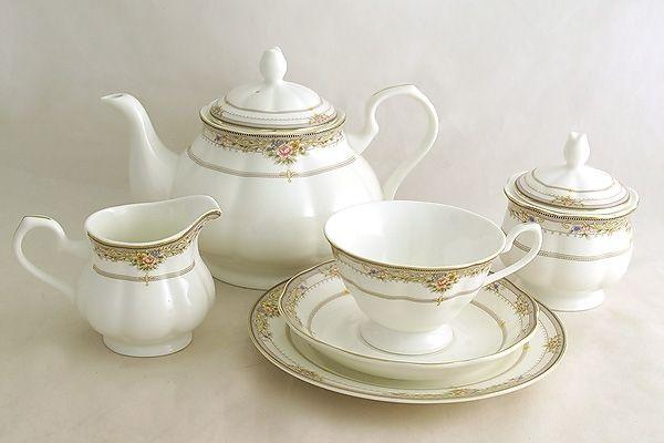 Чайный сервиз из костяного фарфора на 6 персон «Лэнсбери»      Бренд: Emerald;   Страна производства: Китай;   Материал: костяной фарфор;   Количество персон: 6;   Количество предметов: 21 шт;   Объем чашки: 200 мл;   Объем чайника: 1,5 л;   Объем молочника: 300 мл;   Объем сахарницы: 350 мл;         Чайный сервиз из костяного фарфора на 6 персон «Лэнсбери» состоит из:         6 чашек по 0,2 л;      6 блюдец;      6 десертных тарелок 18 см;      1 заварочный чайник 1,5 л;   …