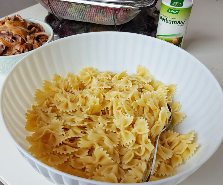 Krämig pastasallad med grillad kyckling…. mmmm… den är så god! Perfekt bjudmat eller attpacka med sig till utflykten. Recept på krämig pastasallad utan kyckling hittar du HÄR! Recept på krämig pastasallad utan kyckling hittar du HÄR! 6 portioner krämig pastasallad Grillade kycklingklubbor enligt DETTA recept eller en hel grillad kyckling (jag använde grillade kycklingklubbor) 400 g pasta (gärna farfalle eller penne) 400 g majs 2 st paprikor (gärna 2 röda eller 1 röd och 1 grön) 1 gurka 250…