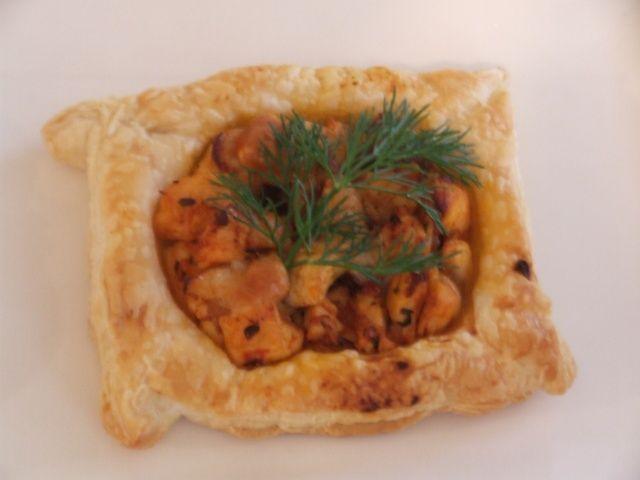 Tavuklu Yufka Çanağı Malzemeler: 2 yemek kaşığı krema 1 Adet kırmızı biber 150 gr mantar 2 adet yufka 2 yemek kaşığı soya sosu 1 yemek kaşığı zeytinyağı 6 dal maydanoz 2 parça tavuk göğsü 150 gr margarin (hamur işi tercih edilir) Hazırlanışı: Margarin eritilir yufkaların üzerine sürülerek üst üste dizilir yufkalar 10*10 ebatlarında kesilerek kalıplara yerleştirilir önceden ısıtılmış 170 derecedeki fırında 15 dakika kadar pişirilir diğer tarafta zeytinyağında küp doğranmış ...