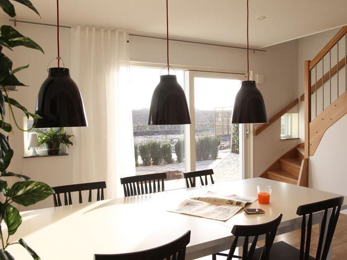 Huset Skanör från Myresjöhus har ett allrum med mycket ljus tack vara takkupan. Hus du kan bygga i både träfasad och puts.