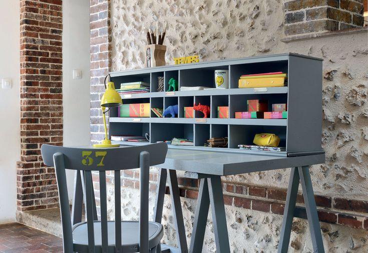 Customiser un bureau dans une chambre d'enfant : des idées rangement, peinture, casiers...   #bureau #maison #deco #enfant #fille #garcon #petit #chambre #amenagement #rangement #planche #ecolier #bois #espace #amenager #etagere