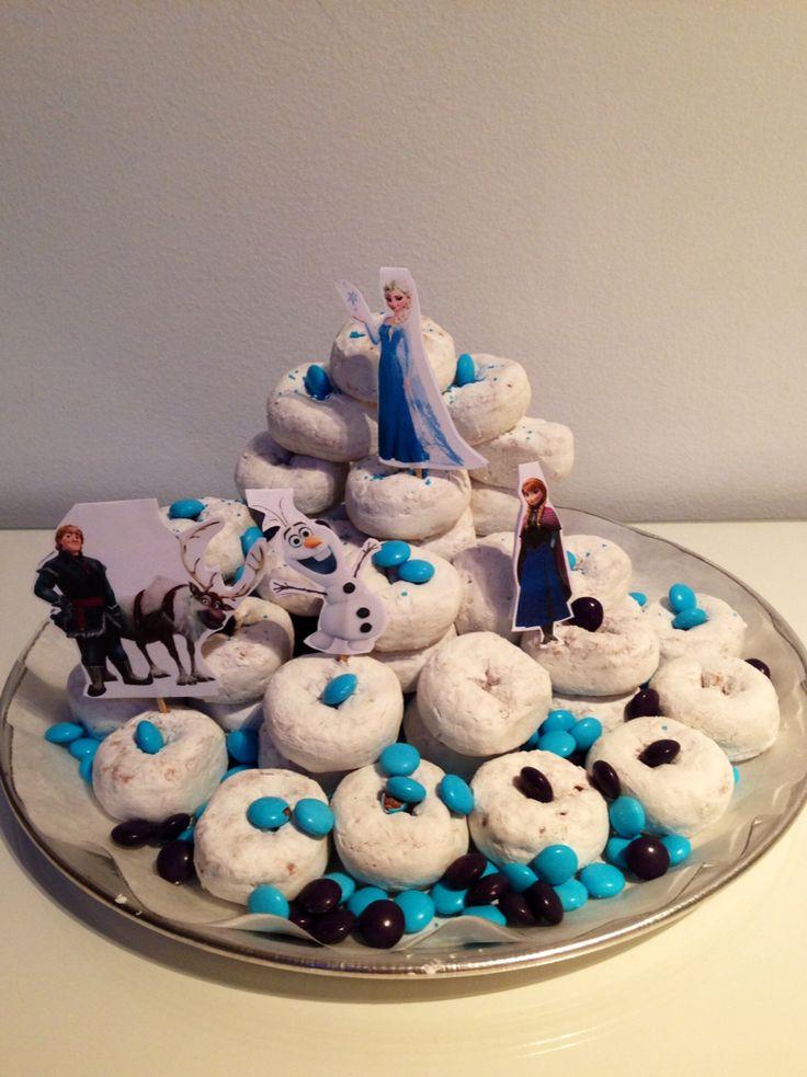Pastel de Frozen con donettes de azúcar Powdered donuts Frozen cake www.maconfidencialmanualidadesymas.com