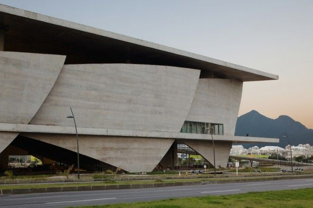 Le talentueux architecte français Christian de Portzamparc est à l'origine de ce magnifique bâtiment pluridisciplinaire construit aux alentours de Rio. La «Cidade das Artes» est une petite ville qui combine une grande variété de lieux culturels, plusieurs salles de concert, des salles de cinéma, des studios de danse, salles de répétition, un espace d'exposition, une bibliothèque média, un restaurant… La «Cidade das Artes» est considérée comme une grande maison, une véranda au-dessus de la…