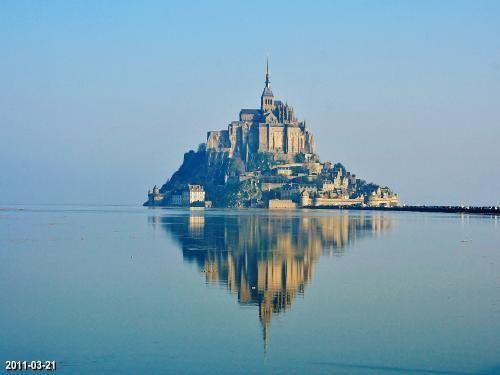 La baie du Mont-Saint-Michel: Grande marée d'équinoxe autour du mont (© Jean Espirat) - France-Voyage.com