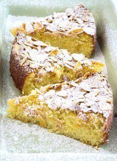Ingrédients : 400 g de pommes 100 g d'amandes en poudre 30 g d'amandes effilées 120 g de beurre 3 oeufs 30 g de maïzena 100 g de sucre Préparation : Travailler le beurre pour le ramollir puis ajouter le sucre. Incorporer les jaunes d'oeuf puis la poudre d'amandes mélangée à la maïzena. Incorporer les
