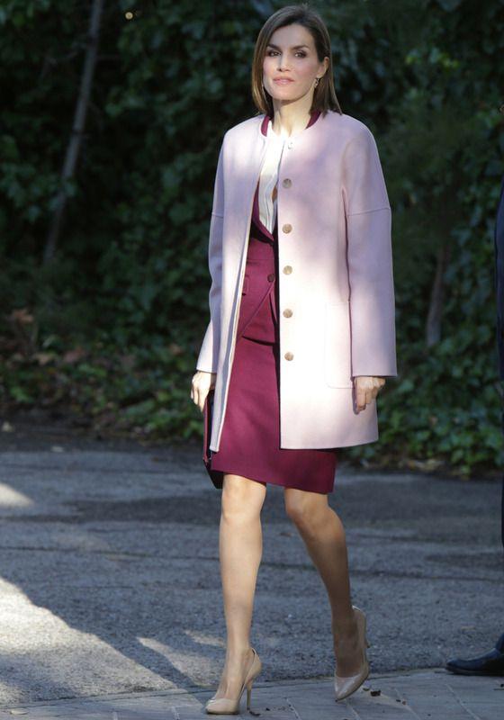 La reina estrenó en una reunión de trabajo con la Fundación de Ayuda Contra la Drogadicción este abrigo con el color más de moda: el rosa cuarzo. Lo acompañó con un traje burdeos de Hugo Boss y salones nude de Magrit
