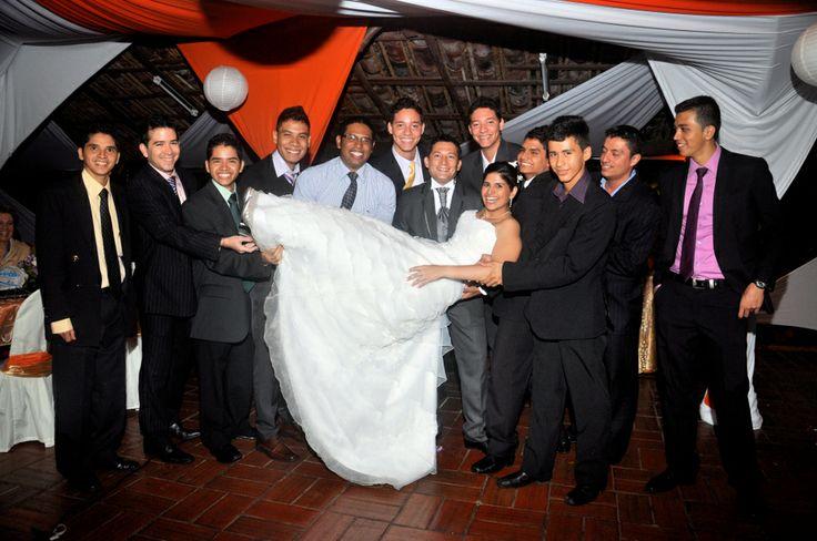 La novia con todos lo amigos del novio + El Novio. #FotografoBodasCali  #FotografiaBodasCali #FotografoMatrimoniosCali