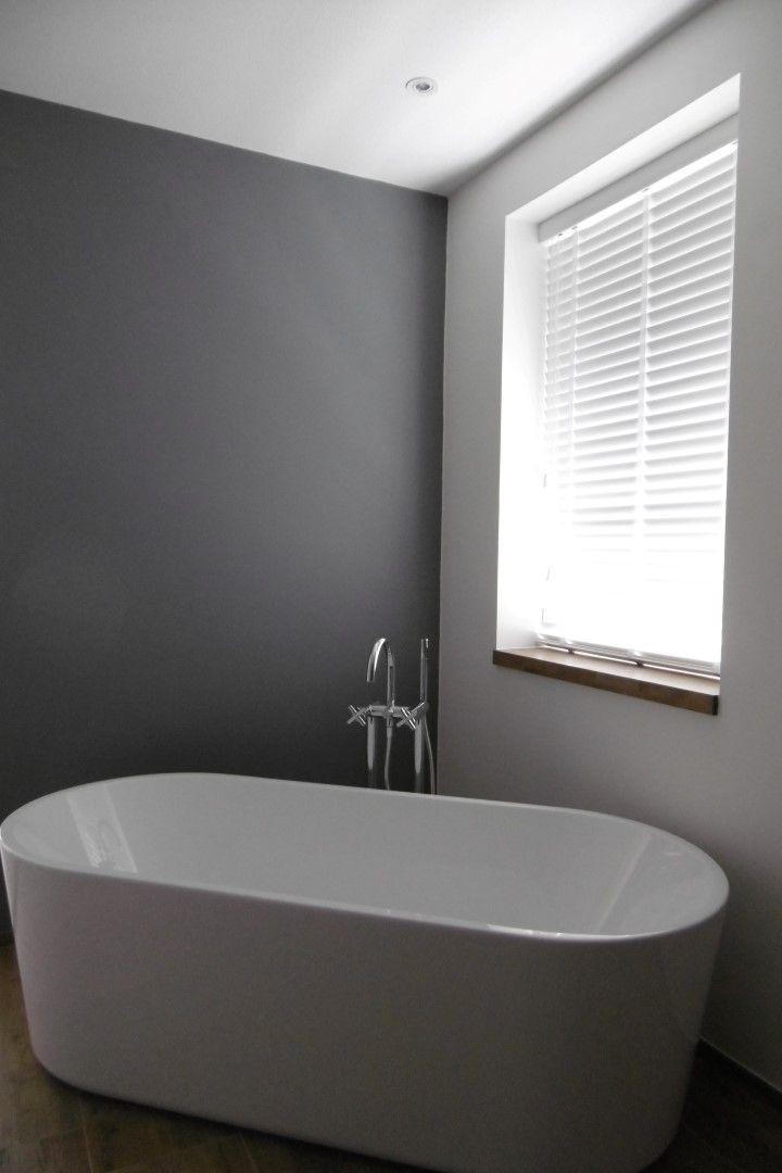 Deze prachtige houtlook PVC jaloezie is speciaal gemaakt voor de badkamer! geen kans op kromtrekken.