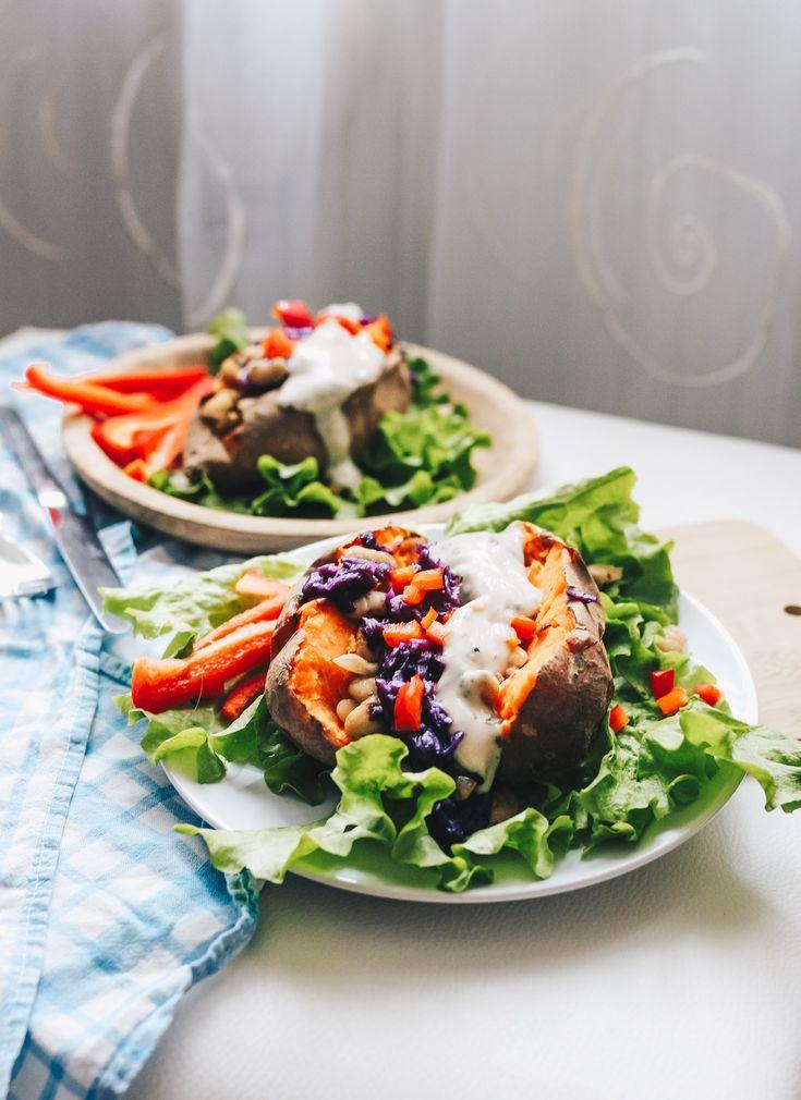 Ofen Süßkartoffeln gefüllt mit weißen Bohnen, Rotkraut & Kräuterdip / vegan, einfach auf VANILLAHOLICA.com . Viele haben den Jahresvorsatz gesünder zu essen. Daher habe ich heute ein einfaches, gesundes Rezept mit nur wenigen Zutaten für dich. Es ist vegan, schnell und freundlich für jedes Budget ! Mit Ofen Süßkartoffeln, veganem Kräuterdip, weißen Bohnen und Rotkraut. Tu dir und deinem Körper etwas gutes, und füll ihn mit guten Nährstoffen !