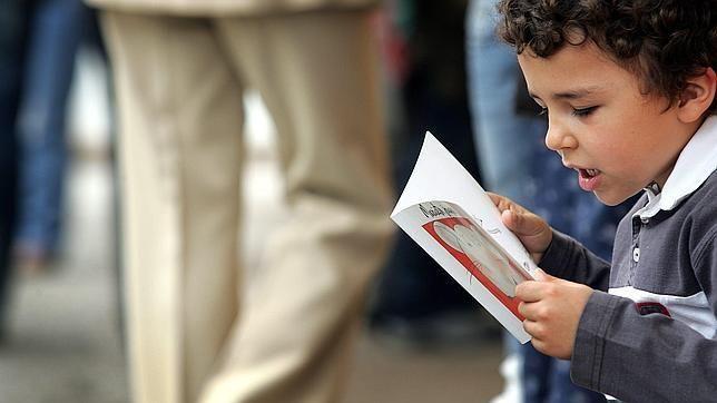 ¿Por qué a muchos niños no les gusta leer? Quizá toda la culpa no la tengan la televisión y las consolas. Interesante artículo acerca de los errores que pueden cometer los padres en su afán por que sus hijos lean.