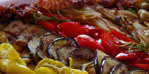 Bunte Antipasti-Platte | Mediterrane Diät: die 5 ... | Praxisvita