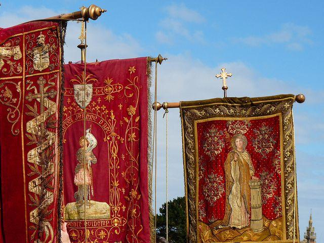 Bannières du pardon de Sainte Barbe et clocher de l'église de Roscoff   Finistère Bretagne