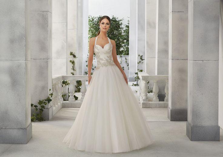 FIAMMETTA Błyszczący gorset, z amerykańskim dekoltem w sukni ślubnej Madeline Gardner Asymetrycznie drapowany gorset, z ręcznie wyszywanymi cyrkoniami, oraz amerykańskim …