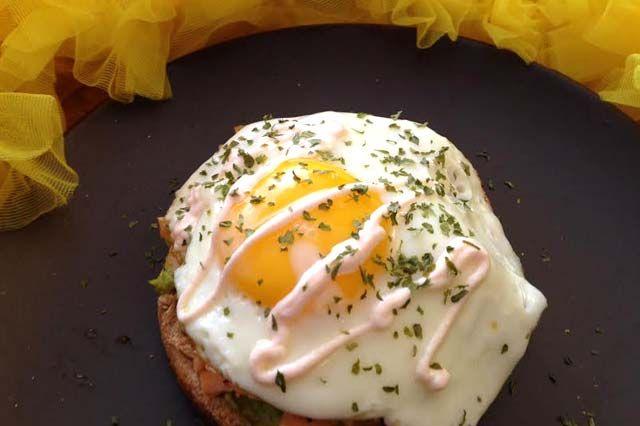 Sunny Salmon Breakfast Sandwich #recipe via @tastyfoodproj #healthy #breakfast