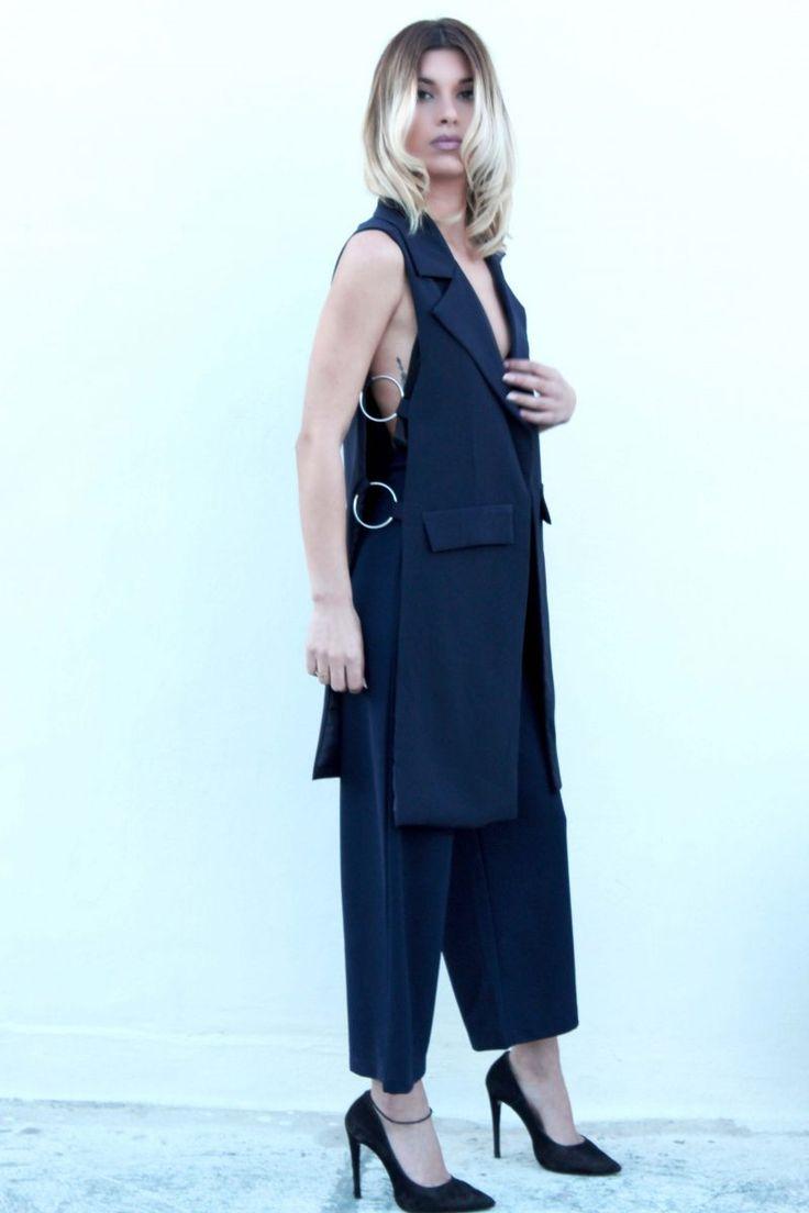Γιλέκο με μεταλλικούς κρίκους στο πλάι, με διακοσμητικές τσέπες και γιακά. #fashion #womensfashion #woman #fashiontrends