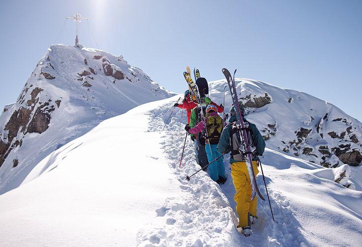Gipfelsturm Zamangspitze - die Besteigung der Zamangspitze ist ein Leckerbissen für technisch starke Skifahrer und Snowboarder. Ein ortskundiger Guide führt die Kleingruppe und vermittelt erste alpine Erfahrungen. Nach einem packenden Aufstieg, winkt anschließend eine sensationelle Geländeabfahrt nach St. Gallenkirch. #silvrettamontafon #skiing #freeride #mountains #gipfelsturm #neverstopexploring