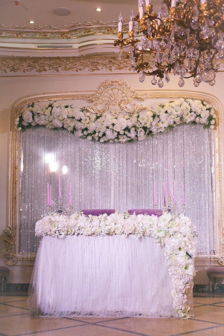Задник из хрустальных нитей с цветочной композицией по верху, скатерть с хрустальными нитями и ниспадающая со стола цветочная композиция
