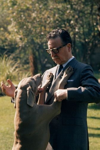 Salvador Allende con su mascota