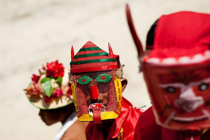 Los detalles que componen la mascara de los diablos son muy interesantes, ya que todas son hechas artesanalmente por los mismos integrantes de la comparsa. Generalmente se utilizan colores muy llamativos para las piezas que componen la mascara.