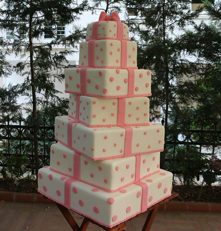 hediye kutulu düğün pastası