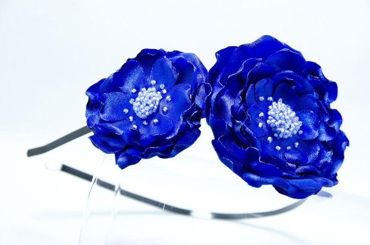 Čelenka modré z nebe Originální čelenka s ručně vyrobeným saténovými modrými kvítky Doplněný perličkami a korálky. Velikost květu: š.8cm a 5cm s Kovová čelenka černébarvy ,šíře 0,5cm. čelenku je možné i ve stříbrné barvě nebo plastovou. Čelenku je možné vyměnit za černou kovovou nebo plastovou .Stačí napsat do poznamek. Květiny jsou více na straně ...