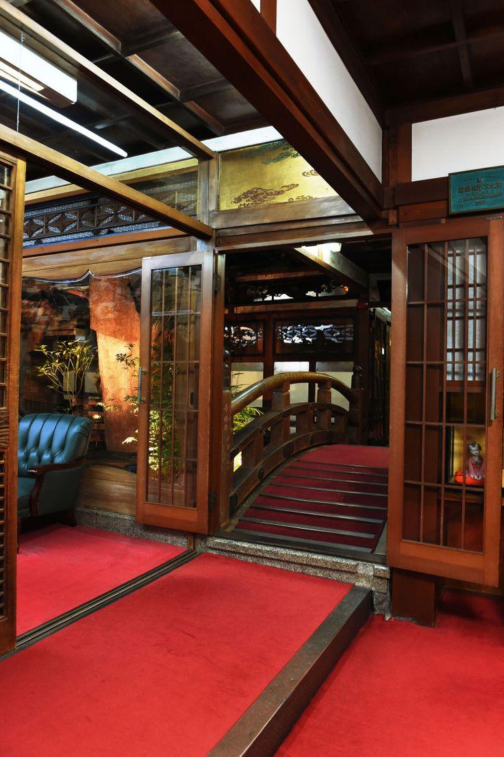 明治末期に全焼した大阪・難波新地に住んでいた業者・遊女救済を名目として大正時代に築かれた遊郭が「飛田新地」です。2000年に国の登録有形文化財として登録された飛田新地の「鯛よし百番」は、遊郭として