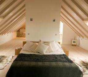 Оригинальный дизайн спальни в мансарде