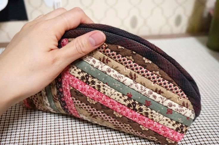 Would be cute with selvage edges, only pictures with this: Quilts Zippered Pouch Tutorial