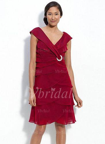 Kleider für die Brautmutter - $143.39 - Etui-Linie V-Ausschnitt Knielang Chiffon Kleid für die Brautmutter mit Kristalle Blumen Brosche Gestufte Rüschen (00805007637)