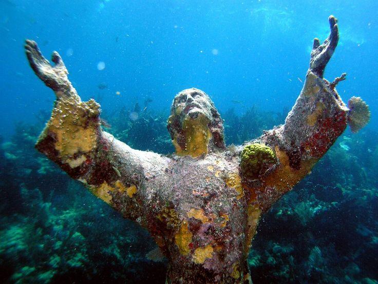 Статуя Христа покрылась кораллами на дне Атлантического океана у побережья Ки-Ларго, США.   Источник: http://www.adme.ru/tvorchestvo-fotografy/bez-fotoshopa-750610/ © AdMe.ru