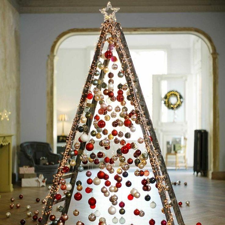 árbol de Navidad con bolas colgantes