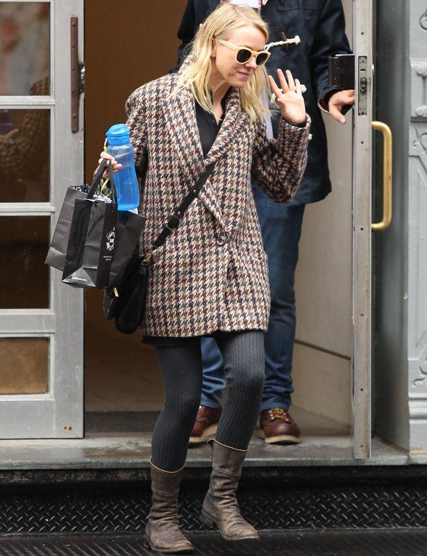 Nos encanta este modelo de plena tendencia con pata de gallo en tonos tierra que luce Naomi Watts con leotardos grises y botas de piel.