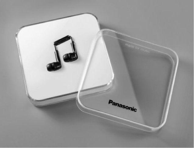 Produit ayant très bien marché grâce à la viralité de son packaging sur le web. – Technique: L'emballage est minimal et facilement transportable, mais peu écologique. La solidité du plastique permet une bonne protection du produit. – Communication: La note de musique  provoque un impact visuel immédiat. C'est l'expression d'un positionnement créatif et jeune, raccord avec l'univers de la musique. La marque n'est pas mise en valeur car les caractères ne ressortent pas bien.