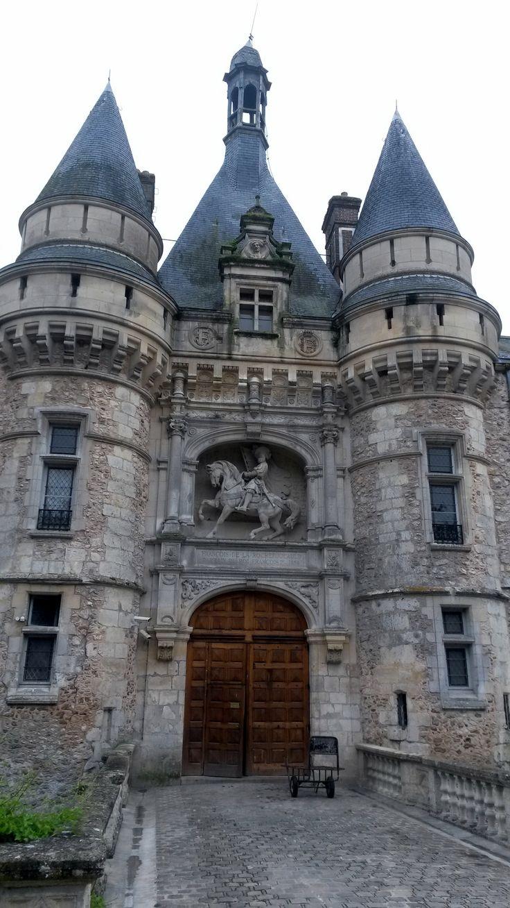 """Le château d'Esclimont (Saint-Symphorien le Château, dans l'Eure-et-Loir, entre Chartres et Rambouilllet) est surtout connu comme hôtel de luxe 4 étoiles. Il nous offre néanmoins une particularité, une survivance """"parlante"""" de son glorieux passé. Ou plus exactement de la famille de La Rochefoucauld qui en fut propriétaire, de l'Empire à 1981."""