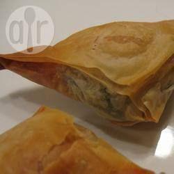 Feta, koriander en munt zijn enkele van de ingrediënten in dit Griekse gerecht. Je kunt ze maken als borrelhapje en gemakkelijk invriezen. Bak ze rechtstreeks uit de vriezer in een 180 ° C oven tot ze warm en knapperig zijn.