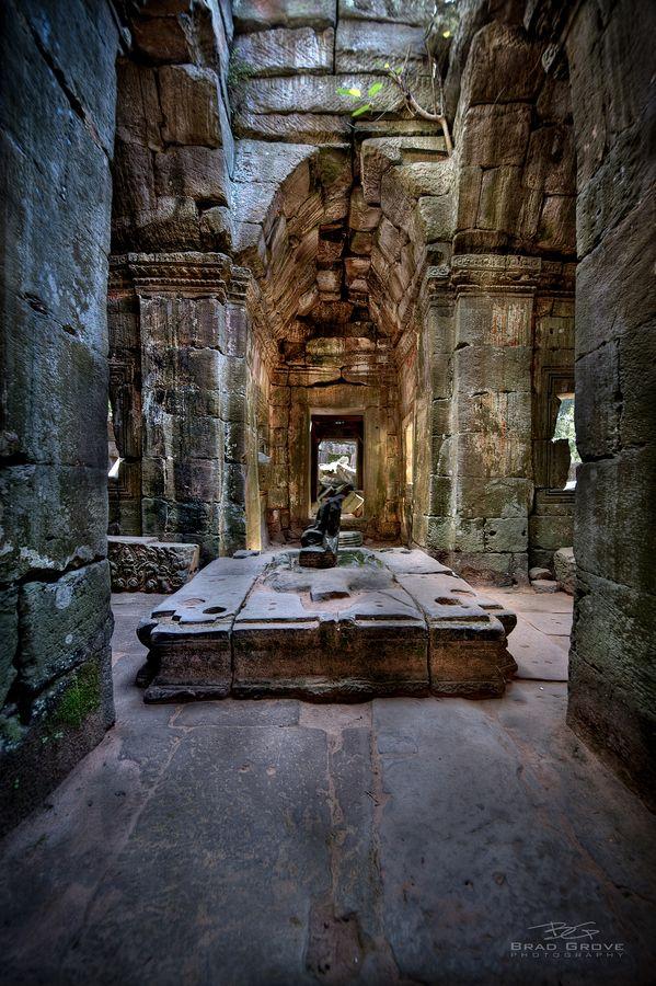 Antiguo entre las ruinas de Ta Prohm, que forma parte del complejo de Angkor Wat cerca de Siem Reap, Camboya.