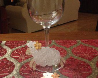 Set di 10 Simpatici segnaposto a forma di PECORA realizzato in carta di gelso. Potrai scrivere il nome del tuo ospite sulla parte bianca ( il corpo) della pecorella. Ognuna sorride e ha un fiorellino colorato in testa.